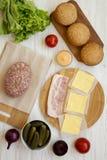 Ingrédients d'hamburger sur un fond en bois blanc, vue supérieure A?rien, d'en haut, configuration plate image stock