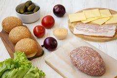 Ingrédients d'hamburger sur une surface en bois blanche, vue de côté Plan rapproch? photographie stock libre de droits