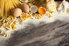 Ingrédients de base pour faire des pâtes délicieuses Photos stock