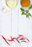 Ingrédients de cari sur le conseil en bois blanc Image stock