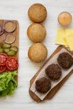 Ingrédients de cheeseburger, vue supérieure A?rien, d'en haut, configuration plate photographie stock libre de droits