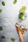 Ingrédients de cocktail de Mojito sur le fond gris-clair images libres de droits