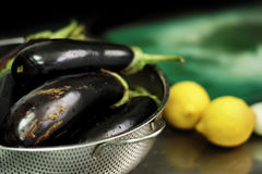 Ingrédients de cuisine de Grec et de vegan Aubergine et citrons Photographie stock