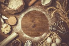 Ingrédients de cuisson dans des tasses de mesure photo libre de droits
