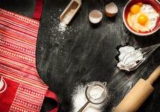 Ingrédients de cuisson de gâteau sur le noir d'en haut Images stock