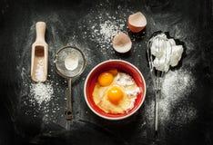 Ingrédients de cuisson de gâteau sur le noir d'en haut Photo libre de droits