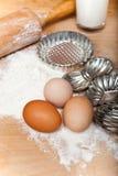 Ingrédients de cuisson de la pâte, oeufs, farine, lait et rétro coupeur de biscuit Images stock