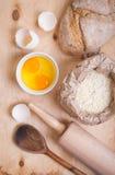 Ingrédients de cuisson - oeuf, coquille d'oeuf, farine, goupille, cuillère Photos libres de droits