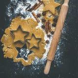 Ingrédients de cuisson pour la préparation traditionnelle de biscuits de pain d'épice de vacances de Noël, fond noir photos stock