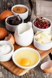 Ingrédients de cuisson préparés sur la table en bois Image stock