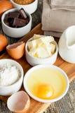 Ingrédients de cuisson préparés sur la table en bois Photos stock