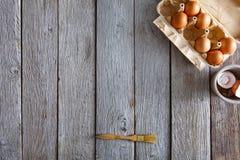 Ingrédients de cuisson sur le fond en bois rustique Image libre de droits