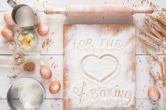 Ingrédients de cuisson sur le fond en bois rustique blanc, l'espace de copie Photos libres de droits