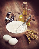 Ingrédients de farine et de cuisson sur la table Rétro hippie de vintage photos libres de droits