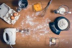 Ingrédients de gâteau sur la table Image stock
