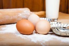 Ingrédients de la pâte avec la goupille sur la table en bois Photo stock