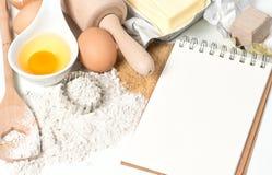 Ingrédients de livre et de cuisson de recette Fond de nourriture Images stock