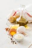 Ingrédients de Mayonaise sur le backgound en bois blanc Image stock
