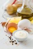 Ingrédients de Mayonaise sur le backgound en bois blanc Photographie stock libre de droits