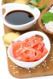 Ingrédients de nourriture asiatiques (gingembre, sauce de soja, riz), vue supérieure Photos stock