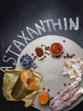 Ingr?dients de nourriture contenant l'astaxanthine, antioxydant, zinc Le concept d'une alimentation saine image libre de droits