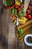 Ingrédients de nourriture italiens et méditerranéens sur le vieux fond en bois Photographie stock