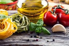 Ingrédients de nourriture italiens et méditerranéens sur le vieux fond en bois Photo libre de droits