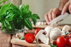 Ingrédients de nourriture pour des plats de pizza ou de pâtes Photographie stock libre de droits