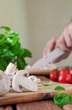 Ingrédients de nourriture pour des plats de pizza ou de pâtes sur la planche à découper Photos libres de droits
