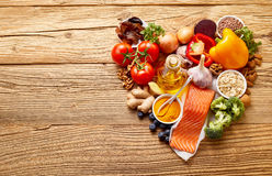 Ingrédients de nourriture sains dans la forme du coeur Photos stock