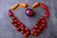 Ingrédients de nourriture sains dans la forme du coeur d'amour sur la table foncée Vue supérieure Concept de vegan - nourriture l Photos stock