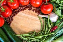 Ingrédients de nourriture sains Vue des légumes frais sur le fond en bois Image stock