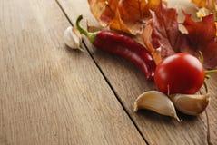 Ingrédients de nourriture sur le tir de plan rapproché de table de chêne Images libres de droits