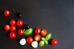Ingrédients de nourriture - tomates, feuille de basilic, fromage de mozarella et b Photos stock