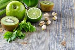Ingrédients de nourriture verte sains pour faire le smoothie Photographie stock libre de droits