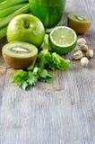 Ingrédients de nourriture verte sains pour l'espace de copie de smoothie Photographie stock libre de droits