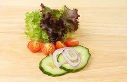 Ingrédients de salade sur un conseil Photographie stock libre de droits