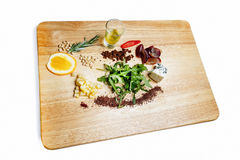Ingrédients de salade sur un conseil en bois Photos libres de droits