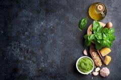 Ingrédients de sauce à Pesto photos stock