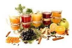 Ingrédients de vin chaud sur le fond lumineux Poinçon rouge chaud avec le fruit et les épices Boissons de nourriture de Noël Images stock