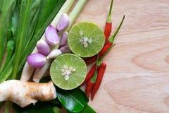 Ingrédients en gros plan Thaifood de tomyumkung sur l'espace en bois photo libre de droits