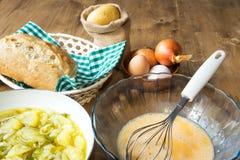 Ingrédients espagnols typiques d'omelette de pomme de terre Images libres de droits