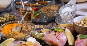 Ingrédients et épices indiennes pour le masala de tikka de poulet Photos libres de droits