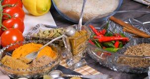 Ingrédients et épices indiennes pour le masala de tikka de poulet Images stock