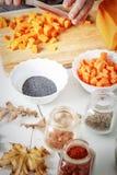 Ingrédients et épices pour la préparation de soupe à potiron Photo stock