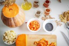 Ingrédients et épices pour la préparation de soupe à potiron Photographie stock