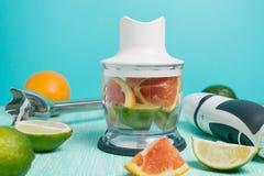 Ingrédients et mélangeur frais de smoothie photos stock