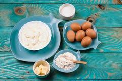 Ingrédients et outils de cuisson pour le biscuit Farine, sucre, beurre, oeufs fond bleu de nourriture Vue supérieure Copyspace po photos stock
