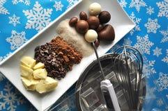 Ingrédients et outils pour faire des chocolats sur le fond d'hiver avec des flocons de neige photo stock