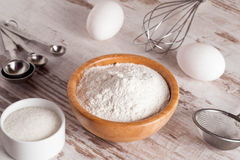 Ingrédients et outils pour faire un gâteau, farine, sucre, oeufs Photo libre de droits